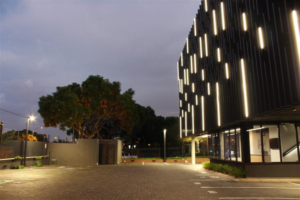 نورپردازی مدرن نمای بیرونی ساختمان اداری یا خدماتی